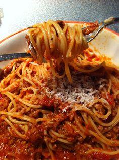 Voici donc la fameuse recette de sauce à spaghetti de ma maman! J'en ai essayé d'autres mais croyez-moi, je suis toujours revenu à mes so... Spegetti Sauce, Hummus, Greek Potatoes, Cooking Spaghetti, One Pot Pasta, Dressing, Breakfast On The Go, Food And Drink, Favorite Recipes