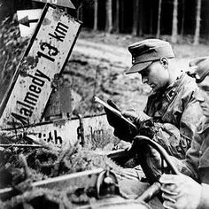 """231 Me gusta, 2 comentarios - Historians Union (@maxxy04_history) en Instagram: """"German officer studies a map during the battle of the bulge. #ww2 #wk2 #wwii #wkii #worldwartwo…"""""""