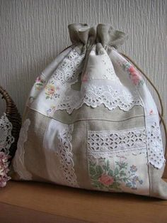 drawstring bag **In another language but pretty pics Diy Sac Pochette, Diy Bags Purses, Linens And Lace, Fabric Bags, Quilted Bag, Tote Purse, Beautiful Bags, Handmade Bags, Vintage Sewing