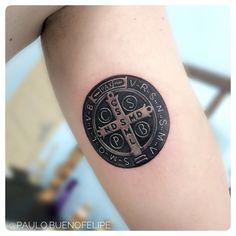 Medalha de São Bento - símbolo de fé e proteção   By @paulo.buenofelipe  Psychedelic Tattoo Bauru SP