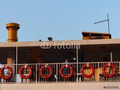 Oberdeck einer Fähre über den Bosporus mit Rettungsringen in der Abendsonne bei Istanbul in der Türkei