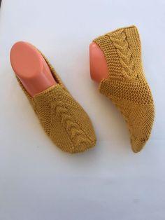 Basit saç örgüsü patik modeli yapılışı Baby Knitting Patterns, Fingerless Gloves, Arm Warmers, Slippers, Socks, Flats, Cross Stitch, Flowers, Fashion