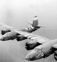 """Deux bombardiers B26 Maraudeur de la 9th AF en vol, ils sont revêtus des bandes d'invasion ce qui fixe la date entre le 6 juin et début juillet.  A gauche : B-26B-15-MA du 453rd BS, 323rd BG, immatriculation 41-31604 """" Miss Fortune """" mais plus connu comme """" Moral Buster """" VT-F.  A droite, sous réserve, B-26B-25-MA 41-31826 """" Flying Dutchman II """" du 453rd BS, 323rd BG VT-M, pilote Lt Van Antwerp."""