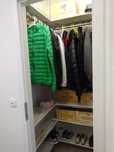 DIY Garderobe in Abstellkammer - New Ideas Diy Furniture Entertainment Center, Entertainment Wall Units, Armoire, Tv Built In, Classy Living Room, Ikea Expedit, Diy Projects For Beginners, Diy Fireplace, Tv Decor