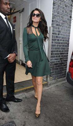 Selena se apunta a la tendencia y apuesta por un vestido verde con lazada estilo setentera, que me fascino... :3