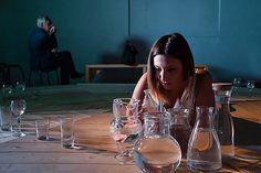 La mostra è arricchita dalla sensibile e sottile interpretazione dell'attrice Valentina Vacca: le origini dell'elemento dell'acqua fanno riemergere sapori omerici e viaggi introspettivi. _Sguardo di Officina Teatro_