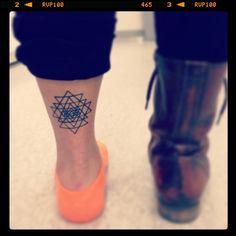 Un tatuaje angular es probablemente una de las cosas de las que menos te arrepentirás de estampar en tu cuerpo.