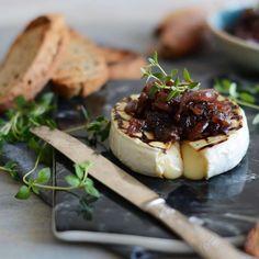 Grilovaný camembert na tymiane s cibuľovo-figovým chutney Chutney, Camembert Cheese, Dairy, Food, Fine Dining, Essen, Meals, Chutneys, Yemek