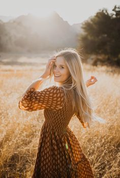 Senior Girl Photography, Outdoor Portrait Photography, Portrait Photography Poses, Photography Poses Women, Senior Portraits Girl, Outdoor Portraits, Woman Photography, Senior Girl Poses, Senior Guys