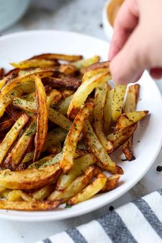Fryer Salt And Pepper French Fries The Best Air Fryer French Fries - A healthy air fryer fries recipe (vegan) that makes a perfect easy homemade meal for those looking to loose weight - but not flavor! Air Fry French Fries, Best French Fries, French Fries Recipe, Homemade Fries, Homemade French Fries, Low Carb Side Dishes, Side Dishes Easy, Low Carb Ranch Dressing, Cooks Air Fryer