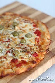 Massa de Pizza com 2 Ingredientes  Ingredientes:  1 e 1/2 xícara de farinha de trigo com fermento 1 xícara de iogurte grego natural