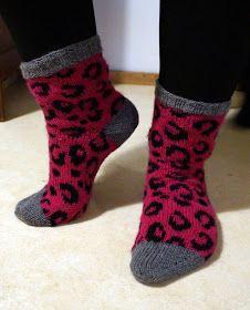 Tadaa! Tässä se nyt vihdoin on! Saanko esitellä: vuoden 2015 ensimmäisen päivän kunniaksi ensimmäinen täysin itse suunnittelemani sukka! ...