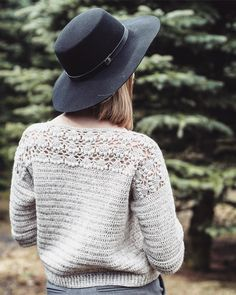 Image may contain: one or more people, people standing and outdoor Pull Crochet, Crochet Yarn, Crochet Top, Crochet Jacket, Crochet Cardigan, Crochet Designs, Knitting Designs, Crochet Woman, Crochet Fashion