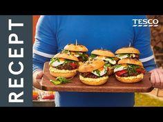 Mäso na burgery: V miskezmiešame jemne nasekanú šalotkua petržlenovú vňať s mletým mäsoma čiernym korením. Vytvarujemehamburgery vo veľkosti kaiserkys hmotnosťou asi 120 g. Burgerypoložíme na gril predhriaty na200 – 230 °C. Pozor – soľ pridávameaž neskôr, keď sú burgery takmerhotové. Ak pridáme soľ skôr, z... Okra, Baked Potato, Hamburger, Chicken, Baking, Ethnic Recipes, Food, Gumbo, Bakken