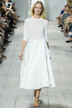 Le défilé Michael Kors printemps-été 2015 http://www.vogue.fr/mariage/tendances/diaporama/les-robes-blanches-de-la-fashion-week-printemps-ete-2015/20602/image/1101988#!le-defile-michael-kors-printemps-ete-2015