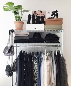 Günstige Schrank: Treffen Sie 10 Tipps und 60 kreative Ideen zum Dekorieren – décor à la maison, conception de la salle et plus Bedroom Inspo, Bedroom Decor, Garderobe Design, Cheap Closet, Cheap Cabinets, Room Goals, Aesthetic Room Decor, House Rooms, My Room