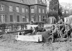 British airborne troops with a anti-tank gun in Hamminkeln, Germany, 25 March MAR 25 1945 A brittle German resistance continues to be dangerous Normandy Ww2, Ww2 Pictures, History Online, Story Of The World, Paratrooper, Military History, Ww2 History, World War Two, Wwii