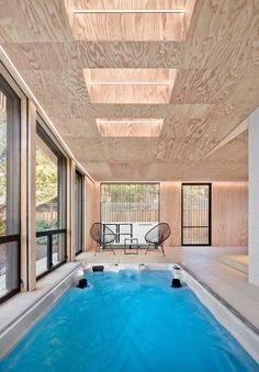 Skylights and operable rainscreens add another layer of ventilation to the stunning contemporary pool house in Los Altos Jacuzzi, Outdoor Swimming Pool, Swimming Pools, Pool Accessories, Modern Pools, Construction, Swimming Pool Designs, Pool Houses, Backyard Landscaping
