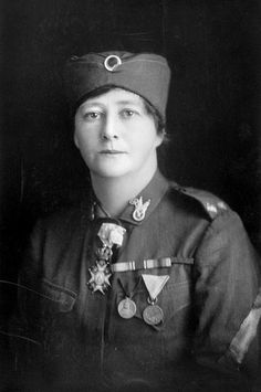 """Olive May King, једина жена шофер у српској војсци 1916. године са својим санитетским возилом """"Елла"""". Olive May King, the only women chauffer in Serbian Army, driving her sanitary car """"Epla"""""""
