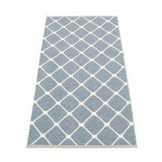 Dit polyester Pappelina Rex vloerkleed is bijzonder zacht! Door de speciale weving voelt het materiaal comfortabel aan. Daarnaast is het heel sterk en makkelijk te reinigen. En dan hebben we het nog niet eens over het bijzondere dessin gehad!