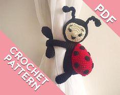 Piggy curtain tie back crochet PATTERN tieback left or Crochet Round, Knit Or Crochet, Crochet Crafts, Crochet Stitches, Crochet Hooks, Crochet Projects, Crochet Patterns, Crochet Ladybug, Magic Ring Crochet