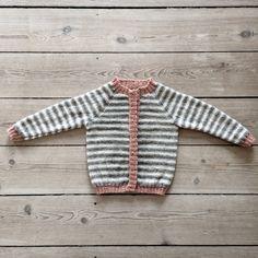 Lækker enkel cardigan strikket i det blødeste alpaka - til både piger og drenge fra 1-6 år. 3 på stribe strikkes i hvid og grå alpaka, med en farve...