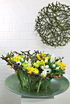 Hello, Springtime! ~ Frank van Dam / Office Floral Netherlands - White and yellow composition of buttercups, hyacinths, narcissi, chessboard, tulips and anemones. Part of a vase of flowers inserted belted bark, others - supported by the band on the outside of the branches - draw water directly from the cradle.