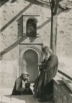 A Greek monk and his wife sit outside of a convent. Credit: National Geographic Stock: Vintage Collection / The Granger Collection, NYC — All rights reserved. Greece Photography, Types Of Photography, Art Photography, Old Pictures, Old Photos, National Geographic Images, Greek History, Frederic, Great Photographers