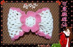 """Adorable noeud papillon , en rose et blanc , pour orner un bonnet , un chapeau ou un bandeau , avec un pas à pas en images , trouvé sur la page facebook de """" Crochet Grace """" , accompagné de sa grille gratuite ! Clic sur les images pour les agrandir   Passionnée..."""