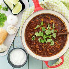 Vecka 6-7 bjuds det bland annat på, Borlottichili med lime och koriander. #hälsa #vegetariskt Ost, Chili, Vegetarian, Drinks, Cilantro, Drinking, Beverages, Chile, Drink