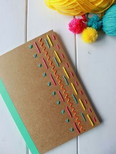 Miércoles de inspiración ♥ Decora tu libreta Diy Embroidered Notebook, Diy Decorate Notebook, Diy Notebook Cover, Notebook Design, Journal Notebook, Diy Agenda, Cute Box, Personalized Notebook, Notebooks