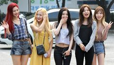 1200px-Red_Velvet_going_to_a_Music_Bank_recording_in_July_2017.jpg (1200×691)