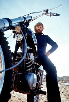 1972 — Robert Redford, looking very Jeremiah Johnson here, on his Yamaha dirt bike — Image by Orlando Globey Robert Redford stumbled upon what would become Sundance while riding his motorcycle. Robert Redford, Harley Davidson, Motos Retro, Motorcycle Photography, Triumph, Man Up, Steve Mcqueen, Vintage Motorcycles, Harley Motorcycles