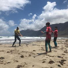 Complete warming up before starting surf lessons @lasantaprocenter @monchilasanta #surfcamp #surflanzarote #surfcoach #surfday #surfschool #surfcourse #surfcanarias #famara #lanzarote #lanzarotesurf http://ift.tt/SaUF9M