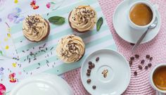 Kávové muffiny skaramelovým krémem – Tchibo Panna Cotta, Cupcakes, Sweets, Plates, Tableware, Ethnic Recipes, Food, Corner, Dulce De Leche