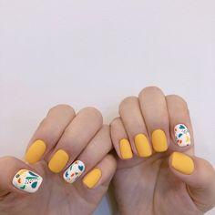 Semi-permanent varnish, false nails, patches: which manicure to choose? - My Nails Cute Acrylic Nails, Cute Nails, Pretty Nails, Nail Manicure, Diy Nails, Nail Polish, Nagellack Design, Minimalist Nails, Yellow Nails