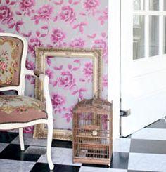 Pigga rosa blommor på tapeten från Midbecs kollektion Ginger. Tapeten har art nr 128017.