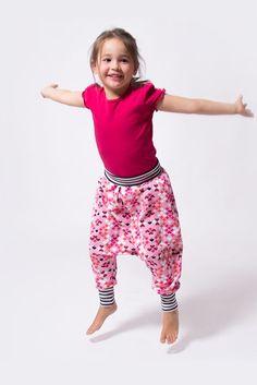 Eine Pumphose für Kinder einfach selber nähen - auch für Nähanfänger! Im pattydoo Nähvideo Tutorial sind alle Schritte genau erklärt.: