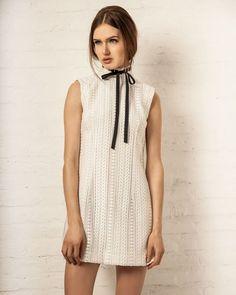 Clássico e eterno, a dupla preto e branco é sempre uma boa combinação. O vestido Lalá tem detalhe do laço contrasta com o tecido e adiciona elegância ao look.
