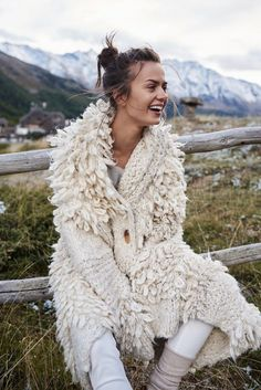knit coat love, knitGrandeur®: Au Naturale: Rustic Knitwear- Elle Poland F/W 2018 Knitwear Fashion, Knit Fashion, Boho Fashion, Winter Fashion, Fashion Design, Fashion Details, Classy Fashion, Petite Fashion, Fashion Tips
