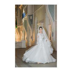 O vestido de noiva não é apenas UM vestido, ele é O vestido .  O vestido de…