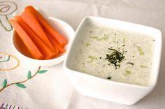 Salsa tzatziki. Es una de las recetas griegas más sencillas de preparar, un aperitivo muy sano a base de yogur y pepino que puedes acompañar con verduras crujientes, pan de pita...