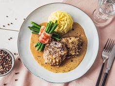 Master the French classic at home with creamy mashed potatoes and bacon-wrapped green bean bundles. Steak Au Poivre, Kampot, Beef Ragout, Celery Root Puree, Green Bean Bundles, Bacon Wrapped Green Beans, Liver And Onions, Low Carb Lasagna, Kitchens