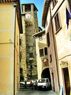 MONTONE (Umbria) - Italy - by Guido Tosatto Umbria Italy, Mellow Yellow, Bellisima, Latina, Places Ive Been, Walking, Gold, I Love, Italy