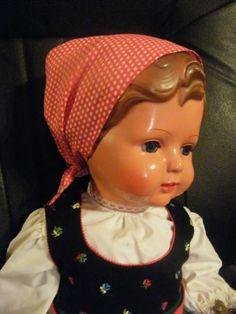 alte-Schildkroet-Puppe-ERIKA-SIR-64-schoene-Erhaltung-huebsche-Kleidung