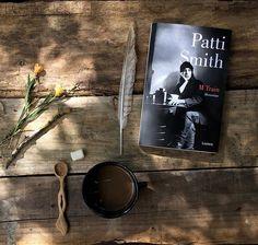 """""""M Train, memorias"""" de Patti Smith ☕️🗽📚🎼 Leerlo fue como hablar con una amiga. Durante horas y varios cafés de por medio.  La escritora es un icono musical del siglo XX , que cada día buscaba una cafetería, no importaba en el lugar del mundo donde estuviese, pedía un café ☕️, sacaba su libreta o escribía en una servilleta y miraba por la ventana. Así registró recuerdos, pensamientos, ausencias. Su bar preferido, el """"Café 'Ino"""" del Greenwich village de NY.  Pasé las páginas sin darme…"""