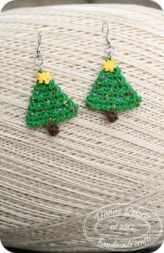 Christmas tree earrings by Divine Debris... Free pattern!