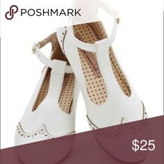 White saddle shoes Modcloth pre owned saddle shoes Oxford style Modcloth Shoes Flats & Loafers