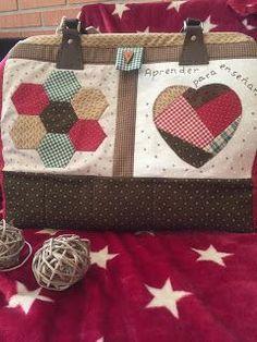 Hola amigas!!! Otoño precioso con esos colores que tanto me gustan y que inspiran el nuevo bolso que me he diseñado para las clases de pat... Patchwork Bags, Quilted Bag, Paper Piecing, Louis Vuitton Damier, Straw Bag, Applique, Coin Purse, Reusable Tote Bags, Quilts