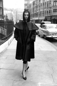 Cristobal Balenciaga// The other New Look he offered an alternative to Christian Dior's New Look, an empire line silhouette instead. Dior himself called Balenciaga 'the master of us all. Vintage Paris, Vintage Coat, Mode Vintage, Vintage Vogue, Vintage Balenciaga, Balenciaga Dress, Simply Fashion, Look Fashion, 1950s
